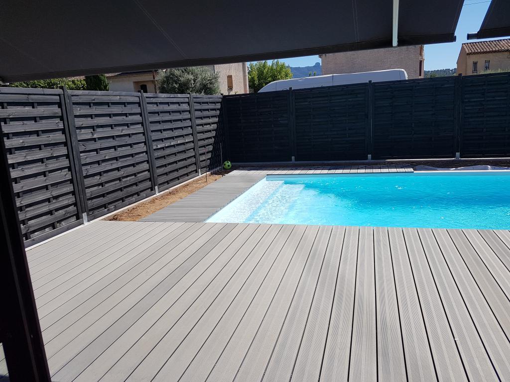 aménagement plage de piscine en composite et pose de brise vue gardanne